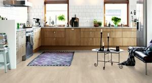 Dzięki nowemu ultramatowemu wykończeniu nasze najnowsze podłogi winylowe do zastosowań komercyjnych charakteryzują się naturalnym wyglądem i są przyjemne w dotyku.