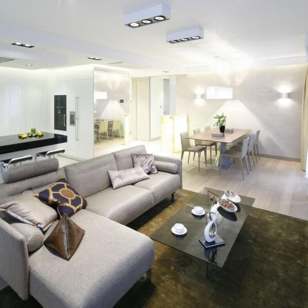 Jasne wnętrze: eleganckie mieszkanie w centrum Warszawy