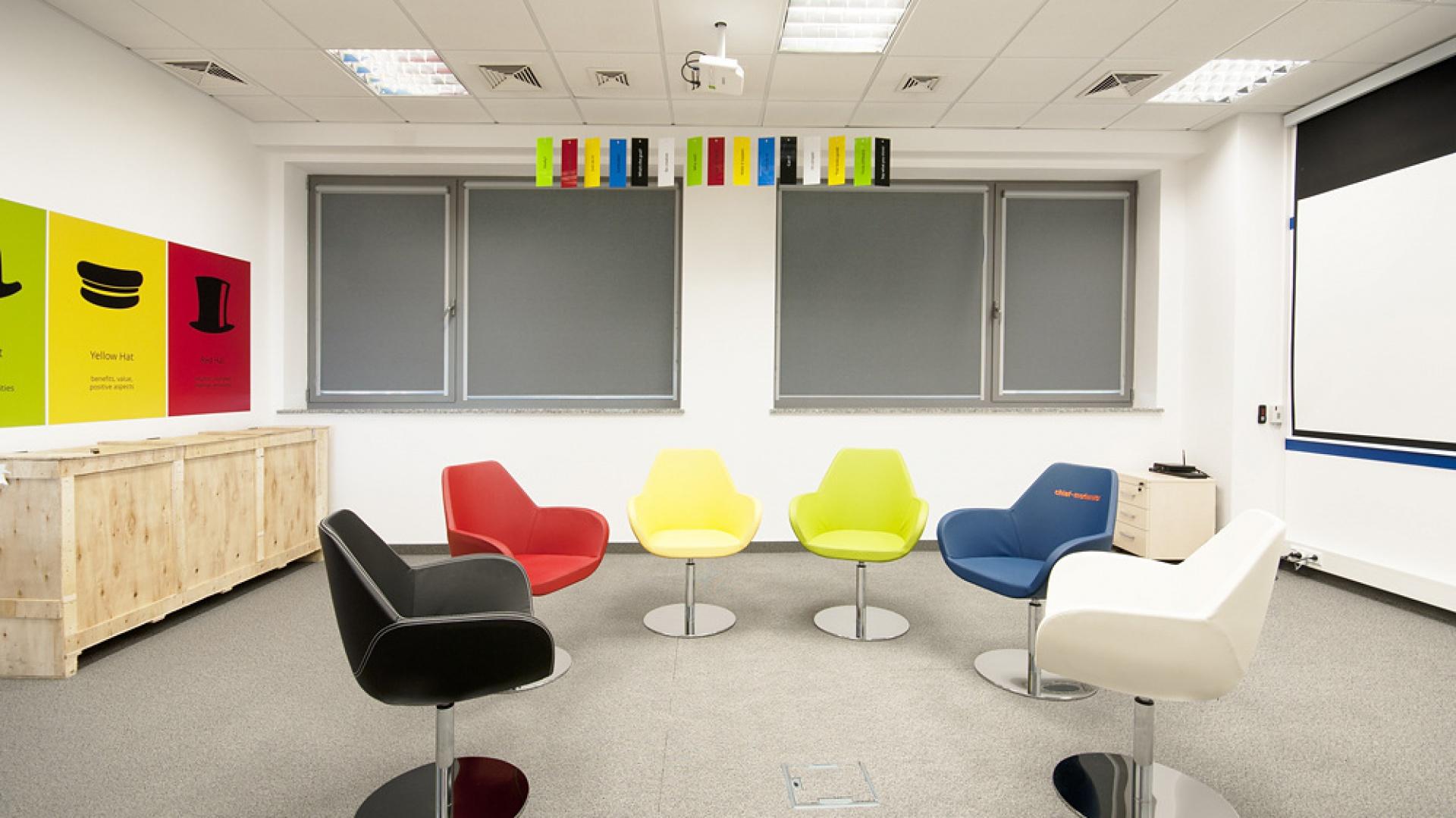 Nowoczesne podejście to stylizacji biura, to dziś podstawa dobrego biznesu. Fot. Marta Niedbalec