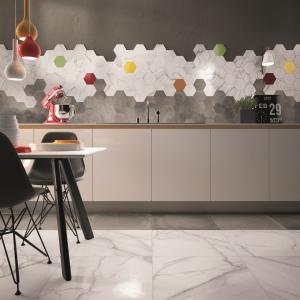 Płytki podłogowe Supreme stanowią współczesną interpretację ponadczasowego marmuru, wyrażoną w formie niekonwencjonalnych rozmiarów i elementów dekoracyjnych, jak efektowny panel ścienny z sześciokątnych, kolorowych elementów mozaiki stanowiący uzupełnienie kolekcji. Fot. Flaviker