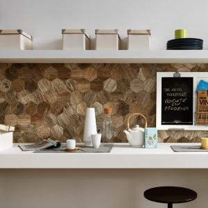 Imitujący drewno gres porcelanowy Time Design celowo przedstawia niedoskonałości powierzchni tego materiału. Nierównomierny, żyłkowany wzór i heksagonalny kształt tworzą kombinację, która pomaga wykreować tętniącą życiem, energetyczną przestrzeń. Fot. NovaBell