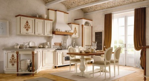 Naturalne materiały, przede wszystkim wszechobecne drewno oraz wszelkiego rodzaju ludowe elementy dekoracyjne zapewniają aranżacji przytulną atmosferę, nawiązującą do sielskich, wiejskich wnętrz.