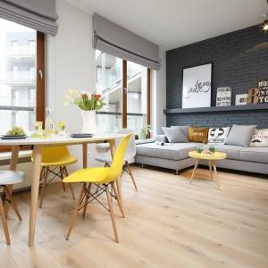 W eleganckim, loftowym klimacie żółć pięknie harmonizuje z różnymi odcieniami szarości. Projekt: Ola Kołodziej, Ula Szmyt. Fot. Bartosz Jarosz