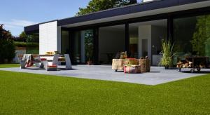Jeśli marzy nam się zadbany trawnik niczym w angielskim ogrodzie, możemy go regularnie pielęgnować i strzyc lub... wybrać sztuczną trawę.