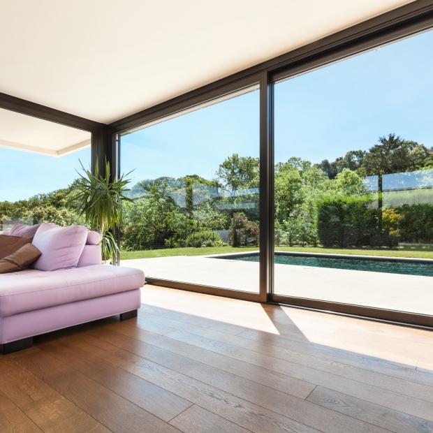 Światło we wnętrzu – nowoczesne drzwi tarasowe