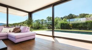 Rozświetlają pomieszczenie, optycznie powiększają przestrzeń, a w dodatku zapewniają łagodne przejście pomiędzy wnętrzem domu a jego otoczeniem.
