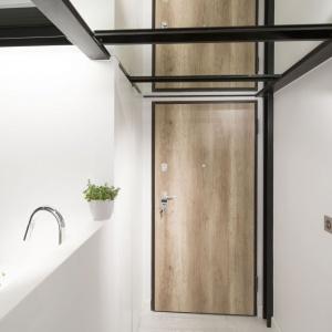 Lustrzane tafle na suficie tworzą ciekawy zabieg wizualny, duplikując przestrzeń. Projekt: Szymon Chudy. Fot. Bartosz Jarosz