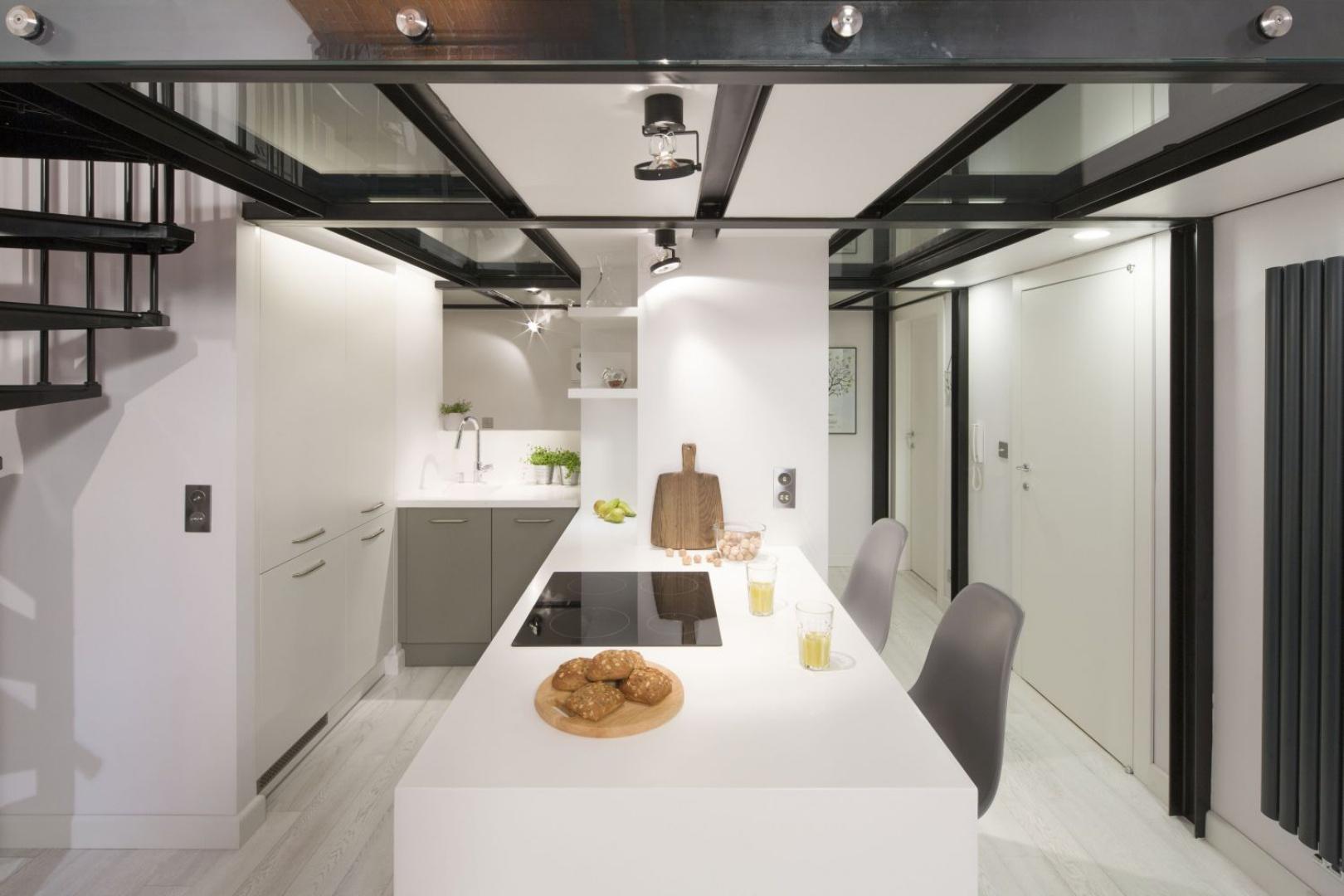 Dzięki otwartej przestrzeni można się tutaj poczuć swobodnie, a także ułatwiona jest komunikacja pomiędzy mieszkańcami. Projekt: Szymon Chudy. Fot. Bartosz Jarosz