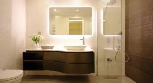 Łazienka to przestrzeń, która w kontekście oświetlenia rządzi się swoimi prawami. Ile mocy powinniśmy przeznaczyć na oświetlenie ogólne?