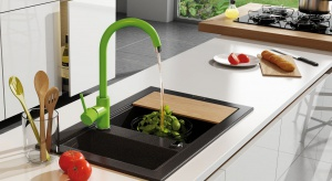 Aranżację kuchni można w prosty sposób ożywić niewielkim kolorowym detalem. Zobaczcie 3 świetne pomysły, jak to zrobić.