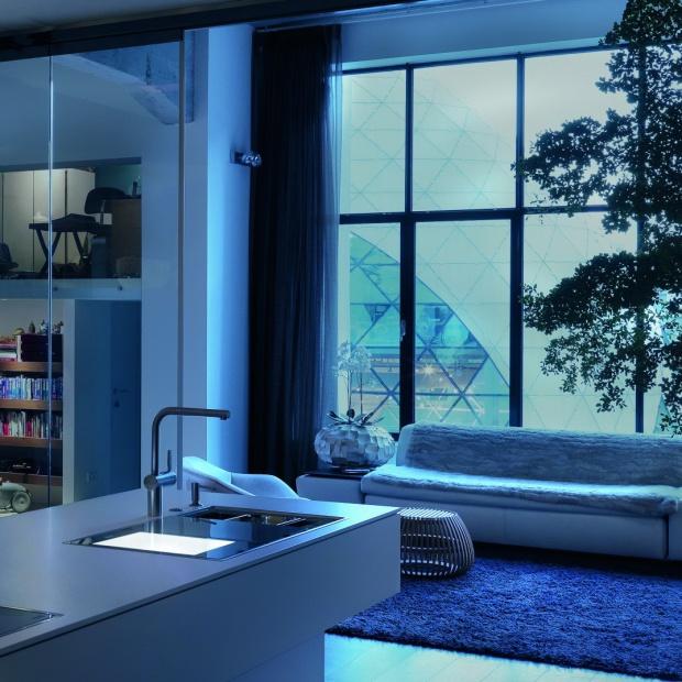 Nowoczesna kuchnia: deska do krojenia, oświetlenie i waga w jednym