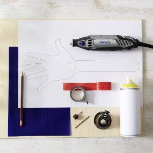 Krok 6: Włóż ołówek między obie łapki, aby zachować odpowiednią odległość i przeciągnij sznurek przez wywiercone otwory. Zwiąż na supeł i gotowe! Możesz już głośno i radośnie dopingować swoją drużynę! Fot. Dremel