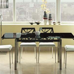 Rozkładany stół GD-017 Signal z cienkim, szklanym blatem dostępny jest w kolorze: szarym, czarnym, czerwonym, beżowym i białym. Ok. 600 zł. Fot. Signal