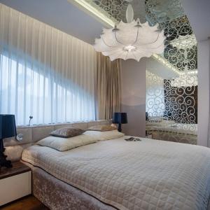 Królewska i luksusowa, jednocześnie elegancka i gustowna – taka może być każda sypialnia, jeśli tylko stylistykę wnętrza podkreślimy złotymi akcentami. Dodatki w tym kolorze potrafią zdziałać cuda. Fot. Homebook