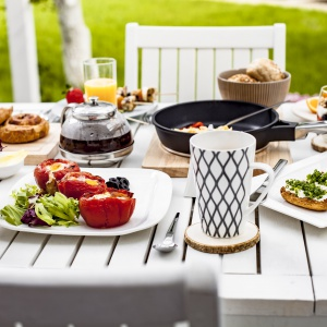 Śniadanie na tarasie - 20 pomysłów na piękną aranżację stołu