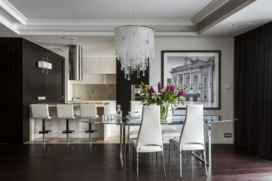 Salonowy charakter kuchni zapewnił powściągliwy i uporządkowany projekt zabudowy. Zgodnie z oczekiwaniami – bo tutaj czas głównie spędza się z gośćmi. Fot. Yassen Hristov