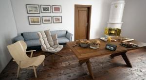 Naturalne drewno to szlachetny i elegancki materiał, idealny do wykańczania podłóg. Jak jednak wybrać takie, aby służyło nam przez lata? Przeczytacie u nas.
