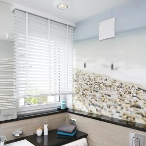 Ścianę pokrywa fototapeta z widokiem na kamienistą plażę i morze. Projekt: Joanna Morkowska-Saj. Fot. Bartosz Jarosz