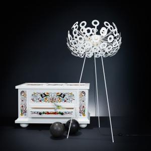 Skrzynia Altdeutsche, projekt Studio Job oraz lampa Dandelion, projekt Richard Hutten. Fot. Moooi