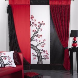 W stylu orientalnym akcentem kolorystycznym jest czerwień. Fot. Eurofirany