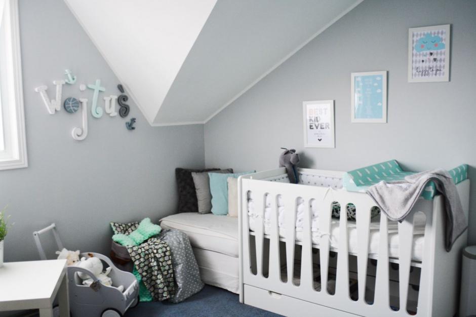 Na ścianie pokoju widnieje imię małego mieszkańca. Fot. qamille.pl