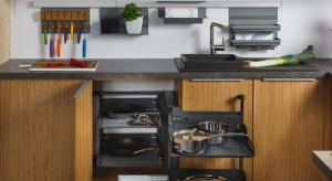 Wysuwane półki do szafek narożnychi wysokichtopraktyczne akcesoria meblowe, które ułatwiają organizację oraz korzystanie z kuchennych szafek. Teraz są dostępne także w modnych szarościach.