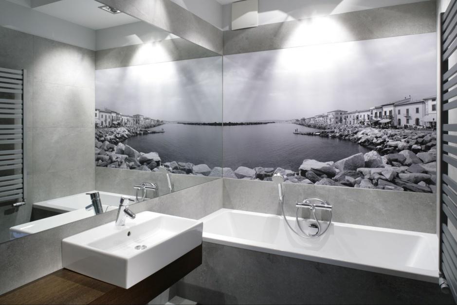 Łazienka w szarościach jest elegancka i efektowna dzięki fototapecie  z widokiem na toskańskie wybrzeże. Projekt: Lucyna Kołodziejska. Fot. Bartosz Jarosz
