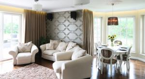 Klasyczny styl urządzania pokoi dziennych, zwykle połączonych z jadalnią, ma wielu zwolenników. Zastanawiacie się jak urządzić salon w stylu klasycznym? Zobaczcie pomysły projektantów.