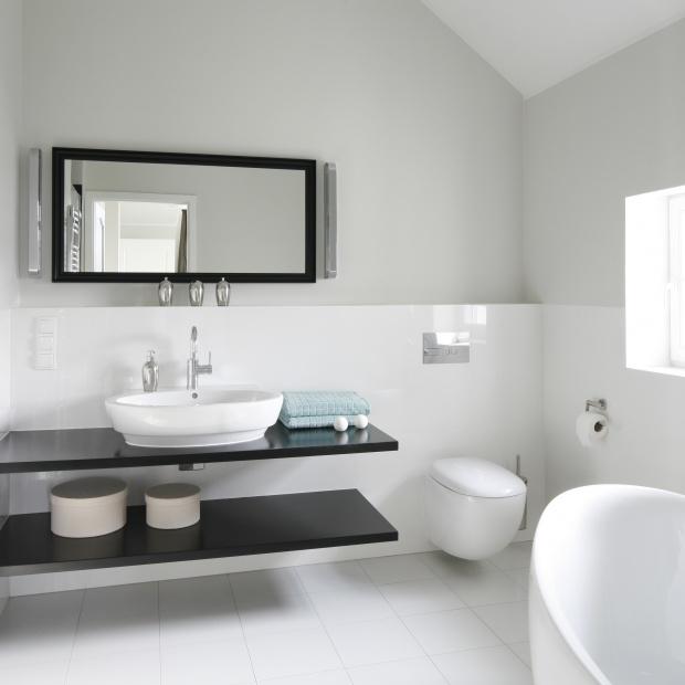 Biała łazienka: zobacz co proponują architekci