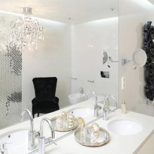 Piękna, bardzo elegancka biała łazienka, w której wzrok przyciągają kontrastujące czarne detale. Projekt: Katarzyna Uszok. Fot. Bartosz Jarosz