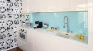 Szkło nad blat jest świetną alternatywą dla płytek ceramicznych. Zobaczcie 3 aranżacje z polskich domów.