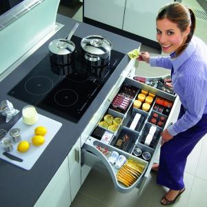 Organizer Orgawing przeznaczony jest do szuflad z relingiem. Pojemniki umieszczone nad relingami delikatnie wychylają się na boki bądź chowają odpowiednio w trakcie otwierania i zamykania szuflady. Fot. Hettich