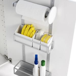 Praktyczny schowek montowany na drzwi Variera zapewnia dodatkowe miejsce do przechowywania w szafkach kuchennych. Wyposażony w dwie regulowane półki, 3 pojemniki na drobne przedmioty i uchwyt na papier kuchenny. Fot. IKEA