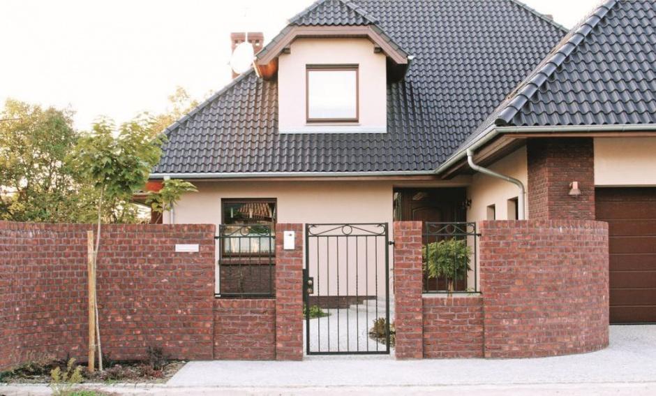 Ogrodzenie z cegły ręcznie formowanej Slt Maas. Fot. CRH Klinkier