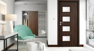 Jeżeli chcielibyśmy, aby drzwi nie stanowiły całkowitej bariery dla światła, możemy postawić na rozwiązanie kompromisowe, czyli drzwi z przeszkleniem.