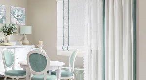 O toby podczas upalnych dni utrzymać w domu przyjemną temperaturę, zadbają dekoracje okienne z nieprzepuszczalnych tkanin. Na co najlepiej się zdecydować – zasłony czy rolety?