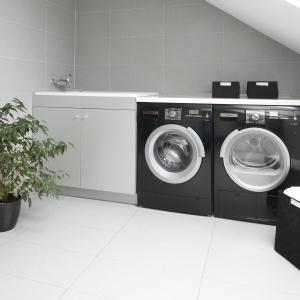 Przestrzeń pod skosem dachowym wykorzystana na zaaranżowanie kącika pralniczego. Projekt: Piotr Stanisz. Fot. Bartosz Jarosz