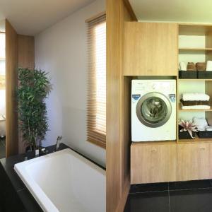 Przy łazience zorganizowano wygodną pralnię z miejscem także na czystą bieliznę i deskę do prasowania. Projekt: Małgorzata Błaszczak. Fot. Bartosz Jarosz