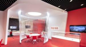 Salon Sprzedaży firmy deweloperskiej Profbud to prawdziwe dzieło sztuki – łączy w sobie elementy artystyczne i design z nowoczesnymi technologiami i najnowszymi trendami w zakresie kreowania doświadczenia zmysłowego gości. Projekt wykonało studi