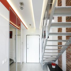 Metalowe stopnie i balustrada harmonizują z lekko loftowym charakterem wnętrza. Projekt: Monika Olejnik. Fot. Bartosz Jarosz