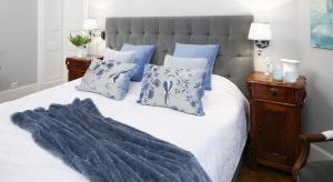 Udany odpoczynek w sypialni to w dużej mierze zasługa kolorów. Stonowane szarości pomogą się zrelaksować i zapewnią elegancki charakter wnętrza.