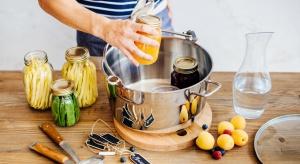 Dżem z domowej kuchni czy najsmaczniejsze na świecie ogórki to przecież pyszne pomysły na prezenty. W nowej kolekcji Duka znajdziecie szereg praktycznych produktów, które pomogą je przygotować.