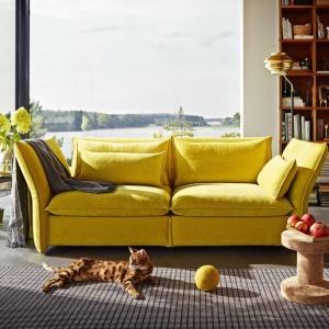 Sofa Mariposa z odchylanymi podłokietnikami i oparciem, dostępna w wielu kolorach tkanin i skór. Od ok. 12 tys. zł, Vitra, fot. materiały prasowe