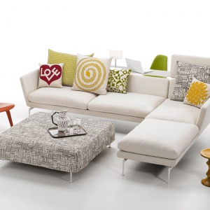 Kolekcja suita, to różne elementy siedzisk, które mogą być łączone pomiędzy sobą w wygodne sofy. Poduszki siedziska i oparcia dostępne są o różnym stopniu twardości. Tapicerka dostępna jest w wersji skórzanej lub z tkaniny. Od ok. 15 tys. zł, Vitra, fot. materiały prasowe