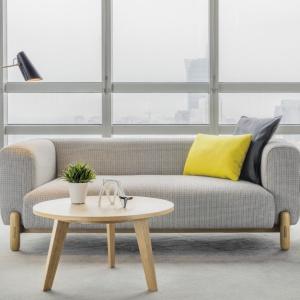 Sofa Mark zaprojektowana przez Design Anderssen & Voll łączy nowoczesną formę z detalami cechującymi skandynawskie wzornictwo. Prosty kształt mebla uzupelniony wyrazistą strukturą nóg, w całości wykonanych ze szlachetnego drewna. Od 3900 zł, Comforty, fot. materiały prasowe