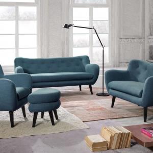 Współczesna inspiracja stylem retro. George to kolekcja wyróżniająca się połączeniem wzornictwa ubiegłego stulecia z nowoczesną definicją komfortu. Fotele i sofy posiadają miękkie,zaokrąglone bryły, uzupełnione o wysokie podłokietniki i smukłe, drewniane nogi. Bydgoskie Meble, fot. materiały prasowe