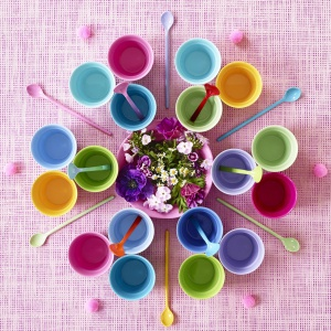 Pastelowe kolory to sprawdzony sposób, by lato smakowało jeszcze lepiej. Na zdjęciu aranżacje stołu przygotowane na lato 2016 przez duńską markę Rice, fot. Rice