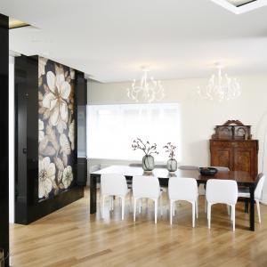 Ozdobą jadalni jest panel dekoracyjny na ścianie wykonany przez artystę plastyka, który imituje mozaikę ceramiczną z motywem kwiatu magnolii. Projekt: Agnieszka Hajda-Obajtek. Fot. Bartosz Jarosz