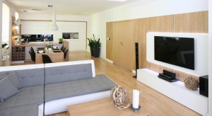 Wielu z nas nie wyobraża sobie salonu bez telewizora, a jednocześnienie może znaleźć pomysłu na oryginalne i efektowne wykończenie ściany za telewizorem. Z pomocą przychodzą architekci wnętrz.
