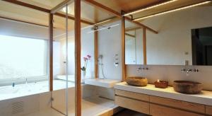 Zaprojektowane przez hiszpańską pracownię Coblonal Arquitectura mieszkanie łączy w sobie styl nowoczesny z domową przytulnością, a całość zainspirowana jest stylem nordyckim.
